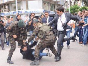 Gewelddadig optreden  tegen betogers bij protest naar aanleiding van de mijnramp. De veiligheidsdiensten pakken hier een familielid van een van de slachtoffers aan. Is dit hoe slachtofferbegeleiding eruit ziet?