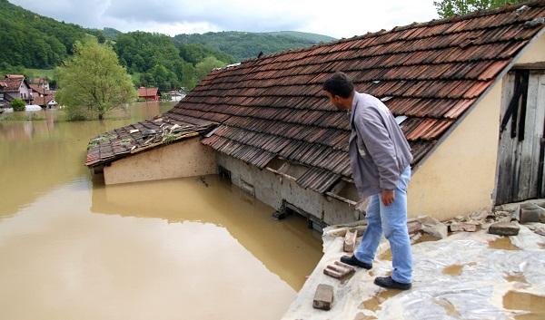 Overstromingen in de Balkan. Servische en Bosnische regeringen schieten tekort