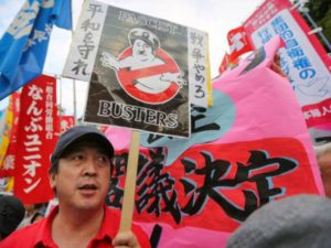 Japans protest tegen de nieuwe interpretatie van de Grondwet waardoor buitenlandse militaire interventies mogelijk worden.