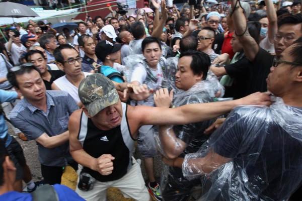 Hong Kong. Regering en politie zetten laffe aanval op paraplu-beweging in
