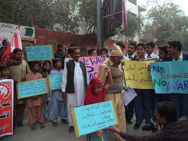 """Pakistan. """"Stop de moorden, stop de Taliban, neen aan religieus extremisme!"""""""