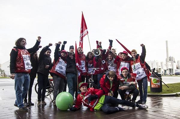 Gentse scholieren trekken per fiets naar de piketten. Foto: SooRa