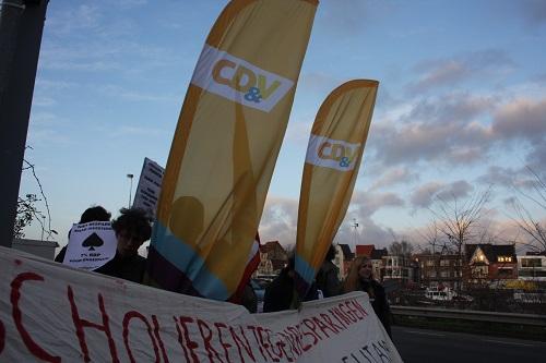 """""""Peeters, Crevits, van ons krijg je niets"""". Jongerenprotest bij CD&V"""