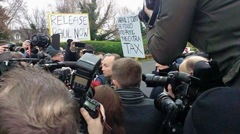 Ierse politie als stormram tegen protest. Groeiend verzet, ook steun Russell Brand