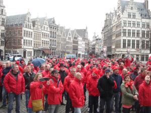 1 april. Het ABVV eist in Antwerpen het betogingsrecht terug op met een niet-aangekondigde optocht naar de Grote Markt.