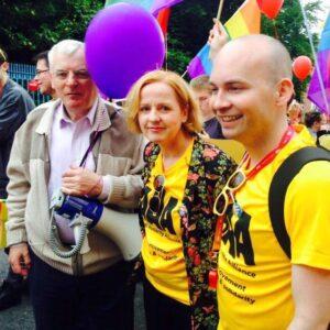 Pride in Dublin op 27 juni: socialistische parlementsleden stappen mee op. Van links naar rechts: Joe Higgins, Ruth Coppinger en Paul Murphy.