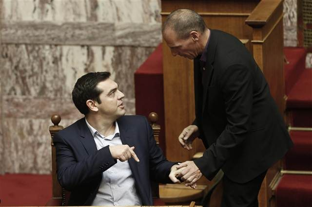 Tsipras plooit voor dreigementen van trojka. Wat moet linkerzijde nu doen?