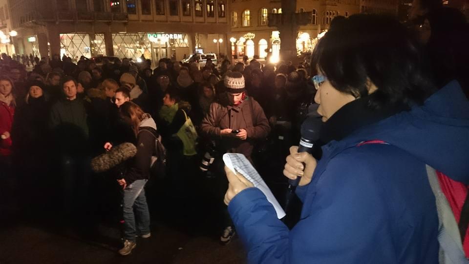 Nina Baucke-Ludwig van onze Duitse zusterorganisatie SAV sprak op de betoging van dinsdag.