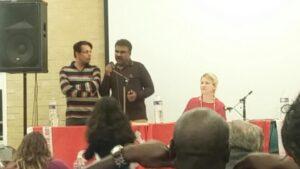 Hameed spreekt, Khalid vertaalt. Twee afgevaardigden van de Socialist Movement Pakistan.