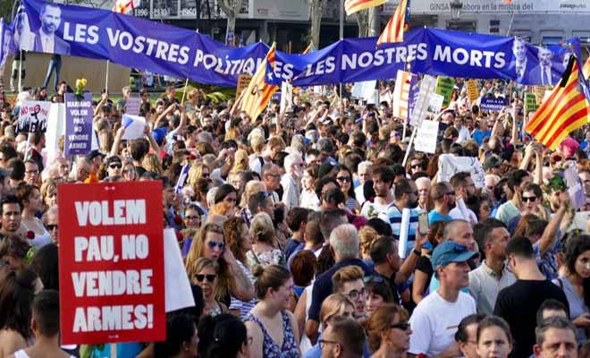 Rajoy en koning Felipe op protest onthaald tijdens massale betoging in Barcelona