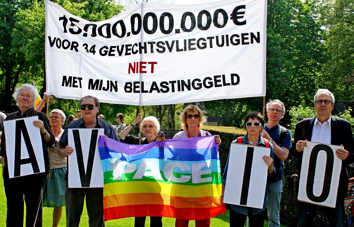 Protest tegen aankoop gevechtsvliegtuigen: 15 miljard, niet met ons geld!
