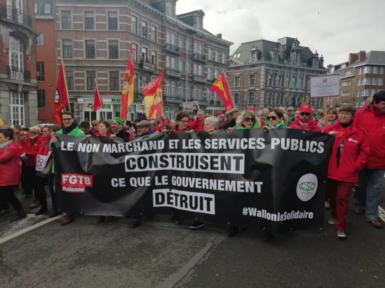 Waalse regering verliest meerderheid. Op zelfde dag 12.000 betogers in Namen