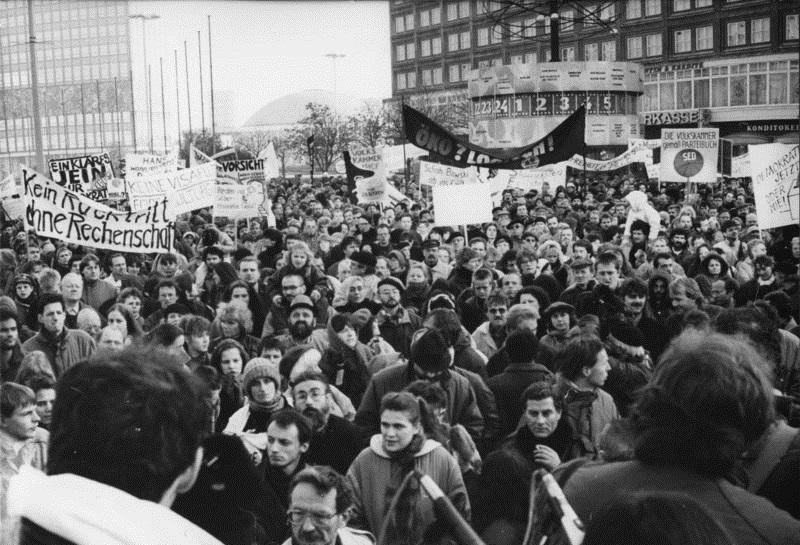 """De macht lag op straat. De """"halve"""" revolutie in de DDR 1989/90"""